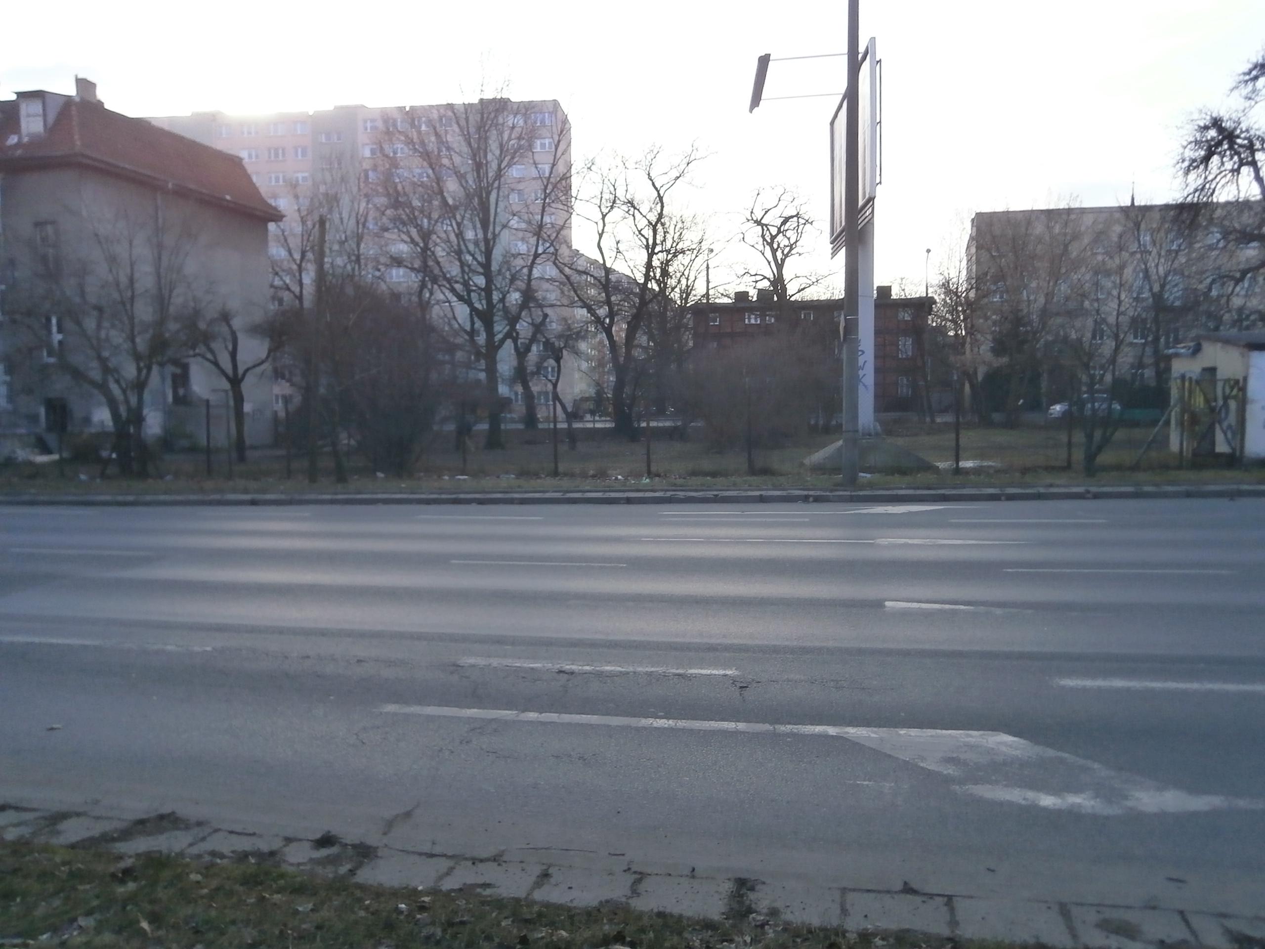 ul. Grudziądzka 60/na ogrodzeniu